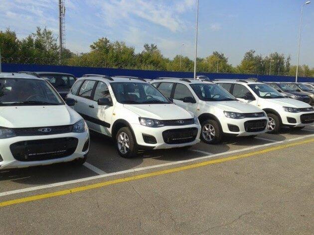 Выставочные экземпляры Kalina Cross припаркованы возле ДЦ в Тольятти. Автомобили Лада Калина 2. Новости, описание, видео.