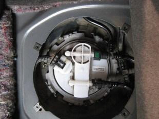 Нужно отключить разъём проводов, отжимая фиксатор